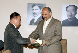 Prof. Li presents Senator Mushahid with a gift