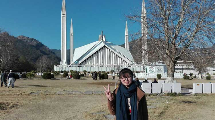 How Two Chinese Students Spent Their New Year in Pakistan: Grace during her first visit to Faisal Mosque, Islamabad