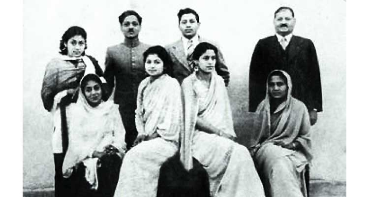 Humyra Saiyid: the passing of a cultural icon - Syed Naseeruddin Hyder's family, standing from left: Khalida, Zaheeruddin, Salahuddin, Naseeruddin. Seated from left: Humyra, Zehra, Azra, Waheeda (mother)