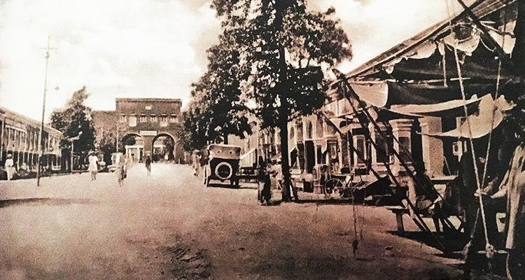 Saddar Bazaar, inside the Massey Gate (1910)