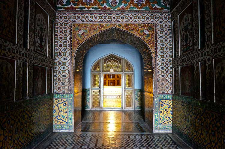The Tombs of Jahangir and Nur Jahan: Intricate work on the entrance walls