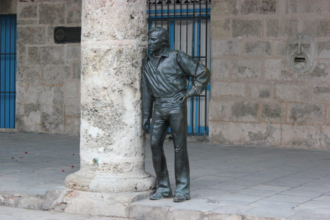 A life size sculpture in Plaza de Catedral