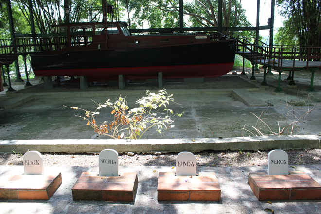 Graves of Hemingway's dogs