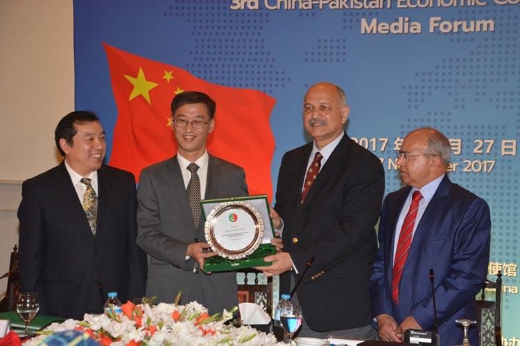 Chairman PCI, Senator Mushahid Hussain Sayed, presenting a memento of appreciation to H.E. Mr. Yao Jing, Chinese Ambassador to Pakistan - 3rd CPEC Media Forum, Islamabad