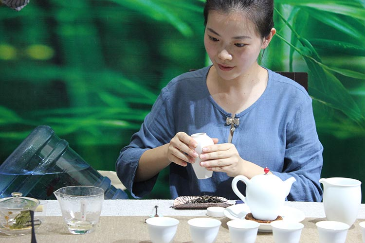 Exhibition of Chinese Silk, Porcelain and Tea at PNCA - Ms. Dong Liyu making tea
