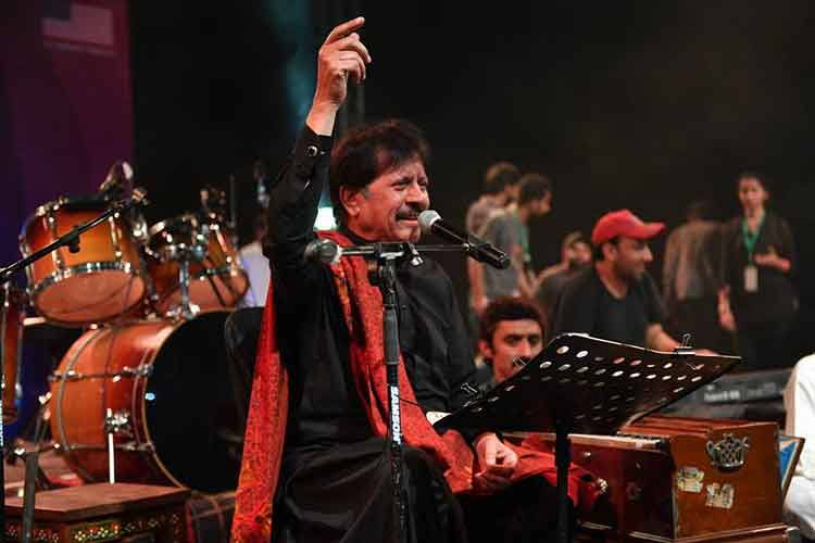 The legendary Attaullah Khan Esakhelvi on the stage (photo by Mudassir Manzoor) - FACE Music Mela 2017 at PNCA, Islamabad