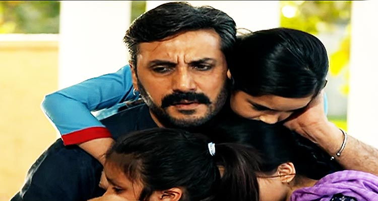 Adnan Siddiqui as Rashid Chand with his daughters - Hum TV Drama Serial Sammi Review