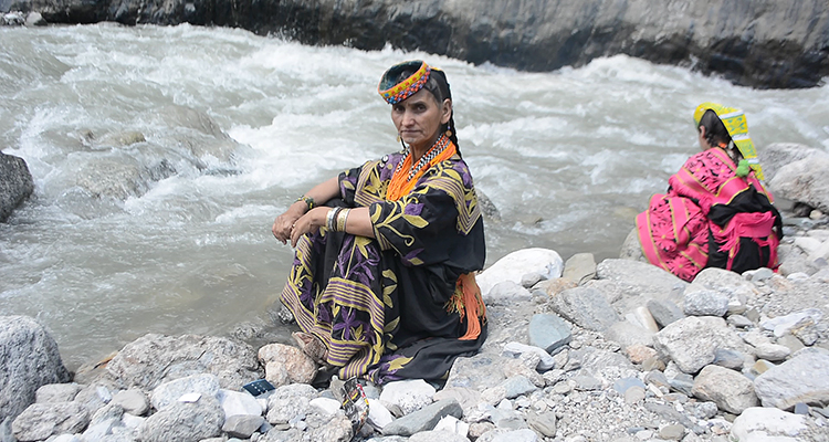 Woman in Rumbur Valley, washing clothes in the river (photo: Aiza Hasib) - Kalash Valley