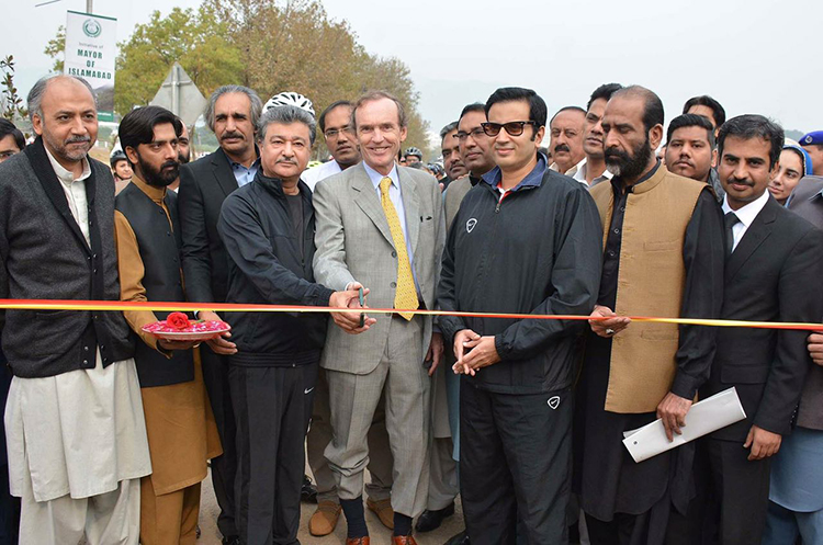 (L – R) Islamabad Mayor Sheikh Ansar Aziz, H.E. Ambassador of Argentina Mr. Ivan Ivanissevich, Member Environment CDA Suleyman Khan Warraich and Chairman UC-11 Qazi Adil Aziz - Launch of Bicycle Lane in Islamabad