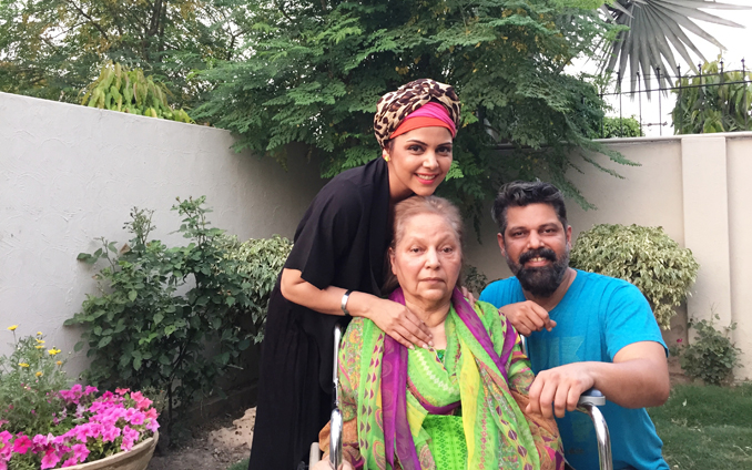 Hadiqa with her mother and brother - Pakistani Singer Hadiqa Kiani