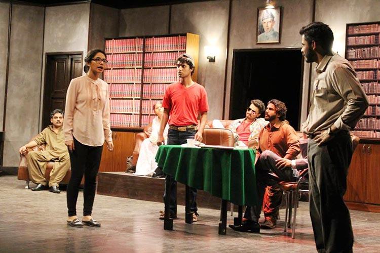 Juror 8 tries to convince Juror 3 - Play Mulzim Ya Mujrim at Karachi Art Council