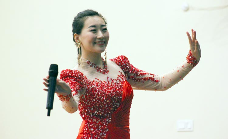Qian Fengzhi performs the folk song Dragon Boat Melody