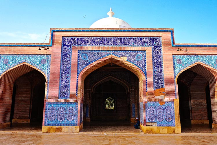 Shah Jahan Mosque, Thatta: One of the domes is visible above the archways