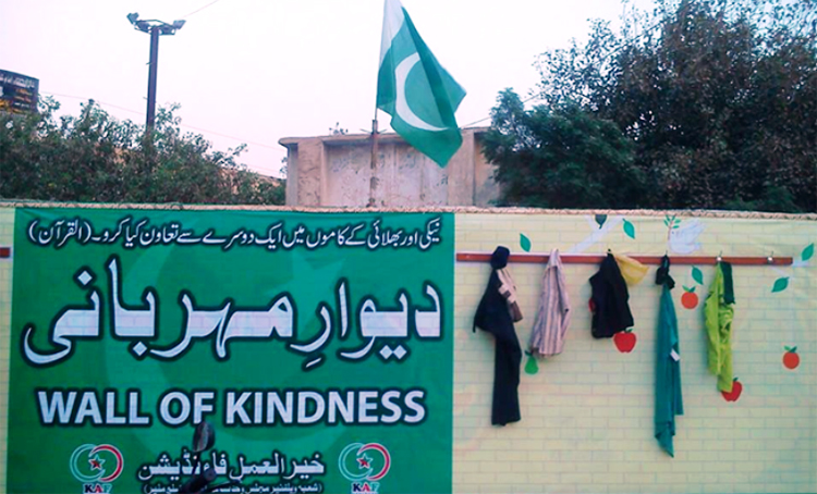 A 'Wall of Kindness' in Karachi (source: Aaj TV) - Wall of Kindness in Karachi