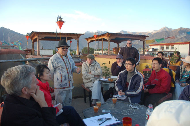 Prof. Li delivers a lecture on the rooftop of a tea house in Lhasa in 2007